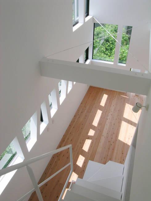 3階から子世帯リビングを見下ろす: 株式会社小島真知建築設計事務所 / Masatomo Kojima Architectsが手掛けたリビングです。