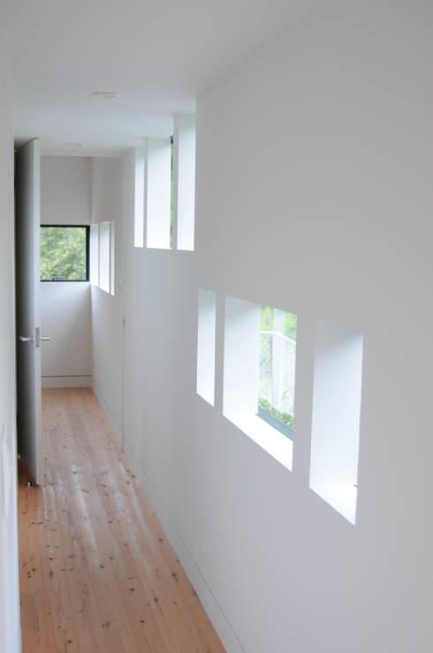 1階親世帯廊下から寝室を見る: 株式会社小島真知建築設計事務所 / Masatomo Kojima Architectsが手掛けた廊下 & 玄関です。