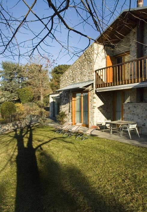 Varese - Ristrutturazione villa privata: Case in stile in stile Classico di Studio Franco Segre