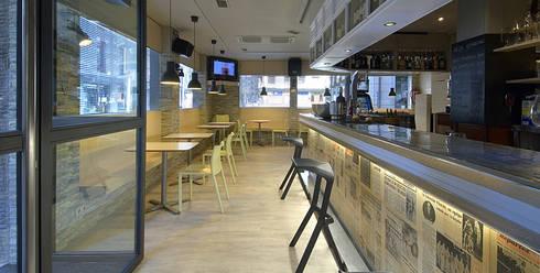 Bar Herga..: Locales gastronómicos de estilo  de Estudio TYL