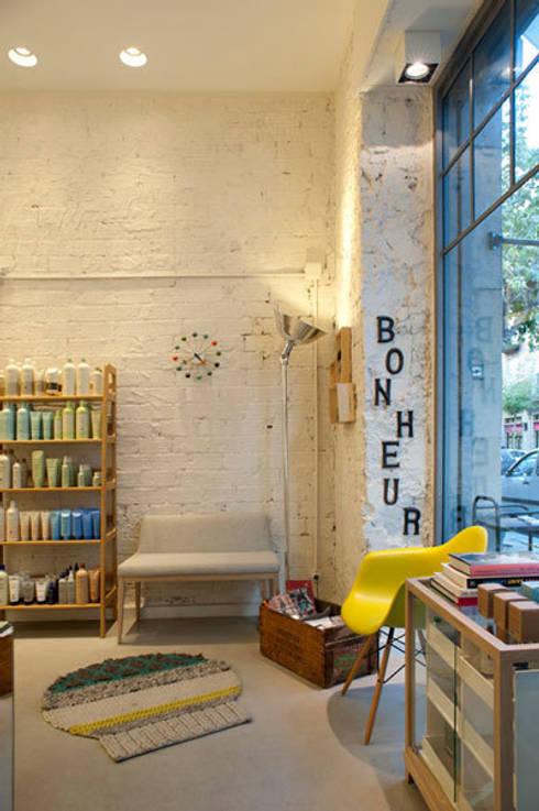 """Sube Susaeta Interiorismo diseña centro de belleza """"La Morla Hairdressing"""", Bilbao: Oficinas y Tiendas de estilo  de Sube Susaeta Interiorismo"""