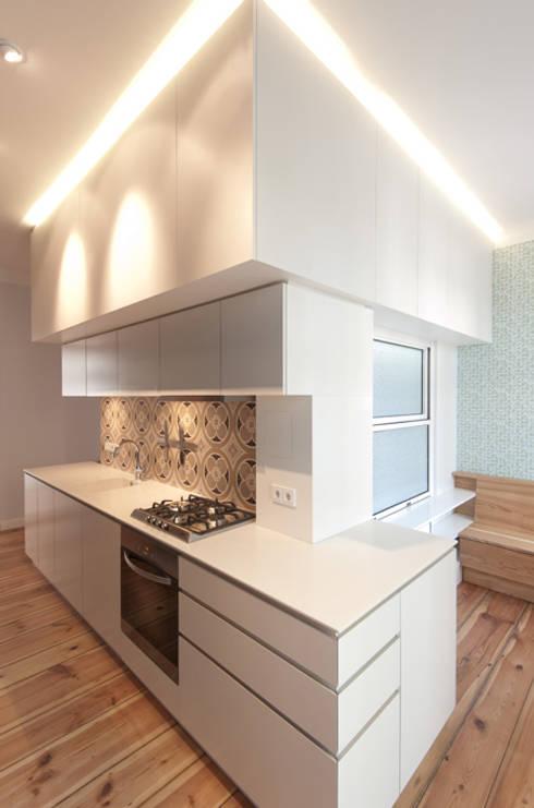 BADKUBUS MIT ABWICKLUNG KÜCHENZEILE UND DARÜBERLIEGENDEM STAURAUM: moderne Küche von Eyrich Hertweck Architekten