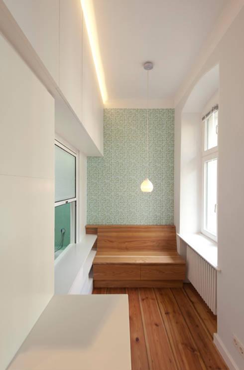 ESSNISCHE ZWISCHEN HOF UND BAD: moderne Küche von Eyrich Hertweck Architekten
