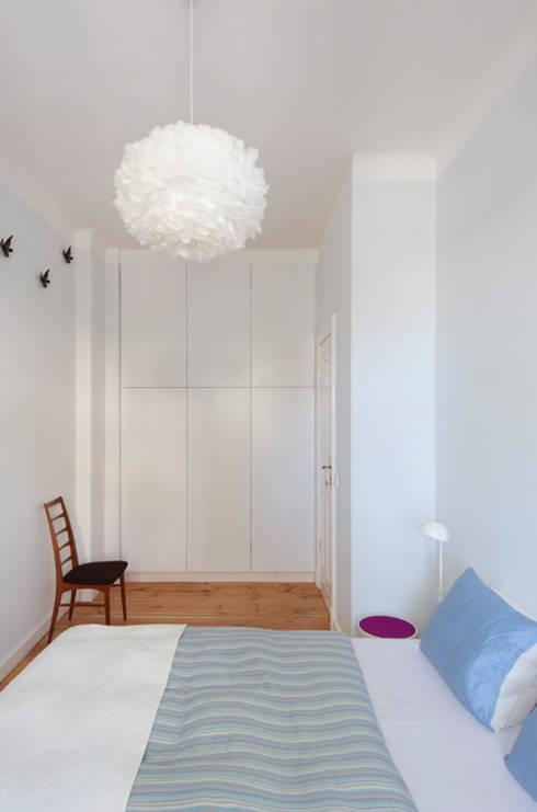 SCHLAFZIMMER MIT WANDVERSPRUNG ZUR RAUMERWEITERUNG: moderne Schlafzimmer von Eyrich Hertweck Architekten