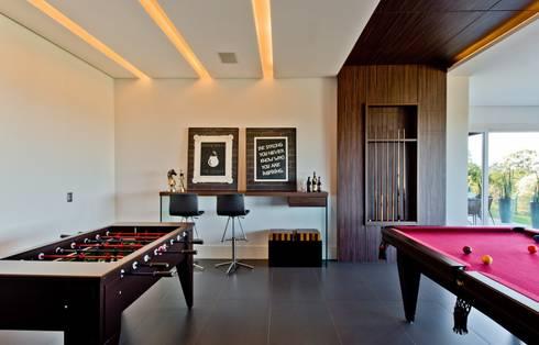 Sala de jogos: Salas multimídia modernas por Espaço do Traço arquitetura