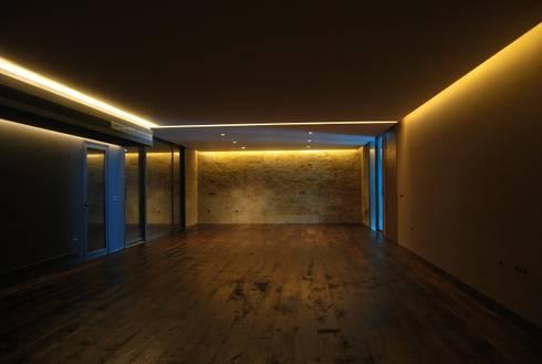 Benyamina 5: Bodegas de estilo moderno de saz arquitectos
