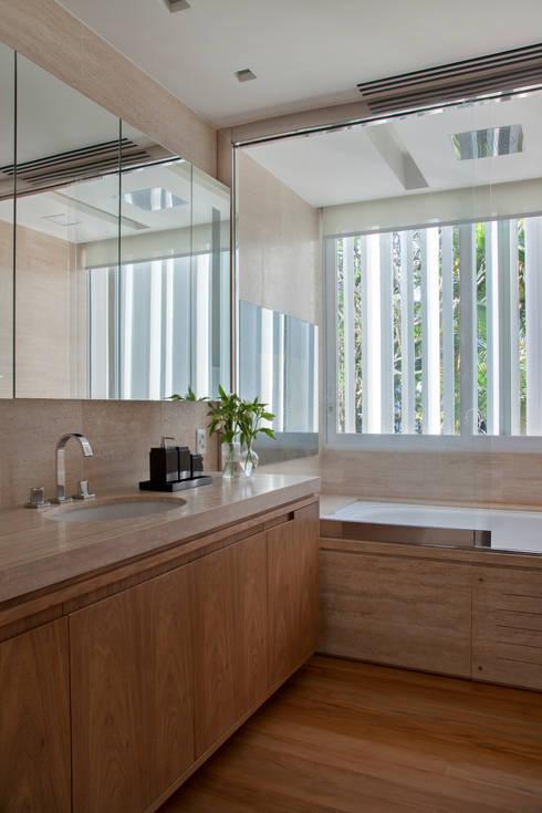 Casas de banho  por Gisele Taranto Arquitetura