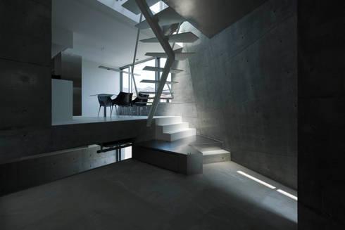 caverna: 筒井紀博空間工房/KIHAKU tsutsui TOPOS studioが手掛けたリビングです。