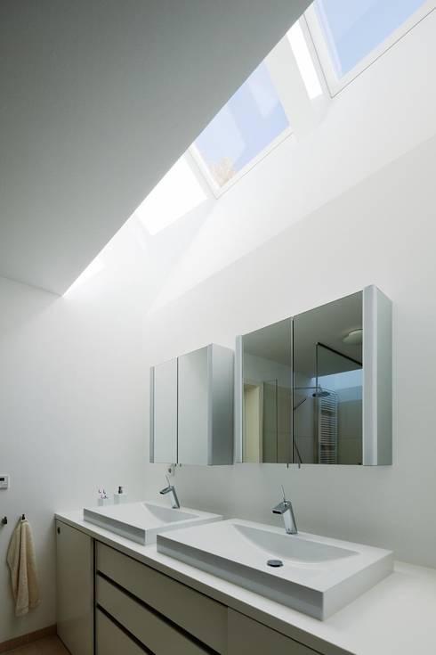 Wohnhaus mit Praxis:  Badezimmer von Claus + Pretzsch Architekten BDA