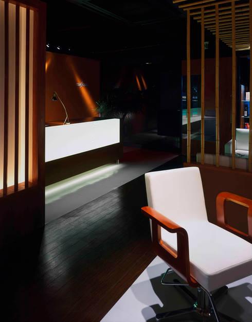 光る受付カウンター: Shigeo Nakamura Design Officeが手掛けたオフィススペース&店です。