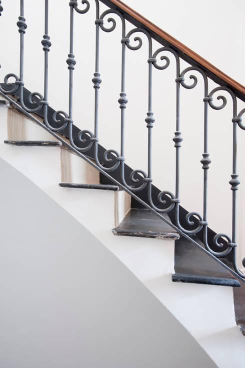 Pasillos y recibidores de estilo  por Officina29_ARCHITETTI