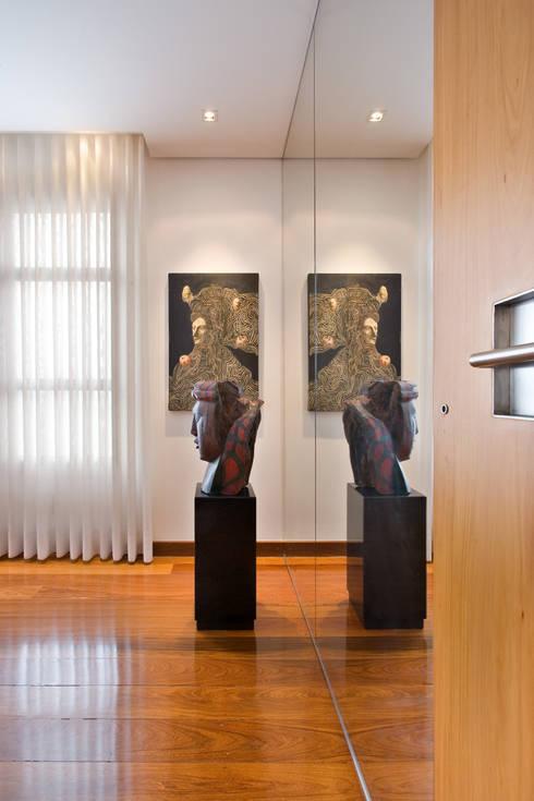 Apartamento colecionador: Corredores e halls de entrada  por Jaqueline Frauches Arquitetura e Interiores