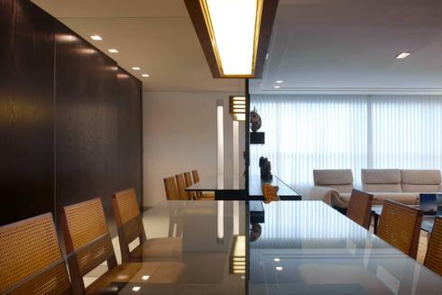 Conforto em primeiro lugar: Salas de jantar modernas por Jaqueline Frauches Arquitetura e Interiores