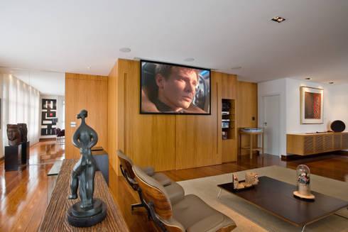 Apartamento colecionador: Salas de estar modernas por Jaqueline Frauches Arquitetura e Interiores