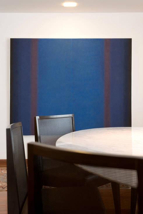 Apartamento colecionador: Salas de jantar modernas por Jaqueline Frauches Arquitetura e Interiores