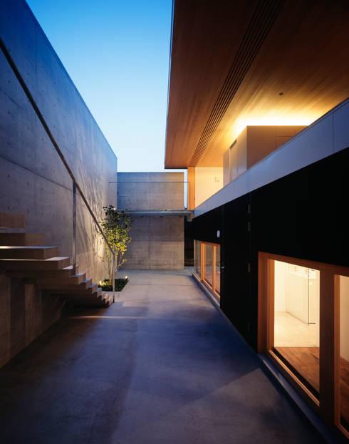 緑山の家: 栗原隆建築設計事務所が手掛けたベランダです。
