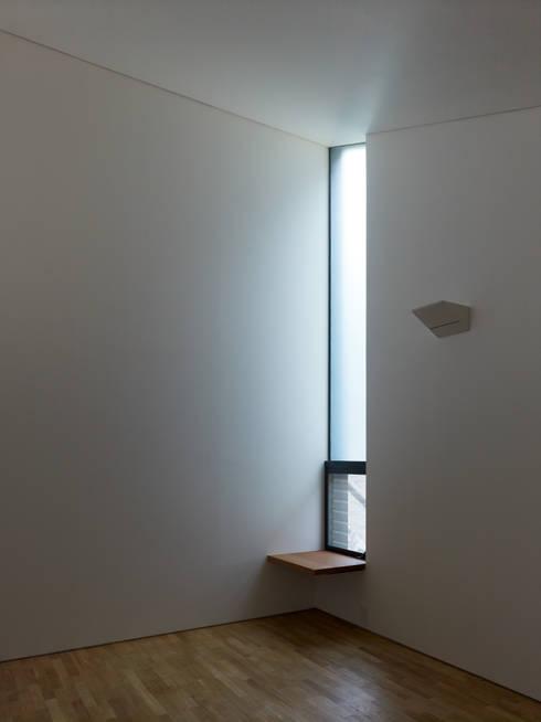 梅ヶ丘の家: 栗原隆建築設計事務所が手掛けた壁です。
