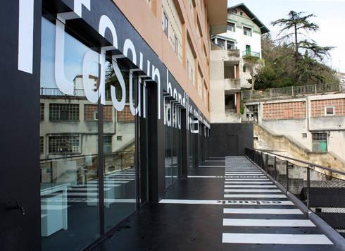 S*concept Company's Headquarter / Signage: Estudios y despachos de estilo moderno de KXdesigners
