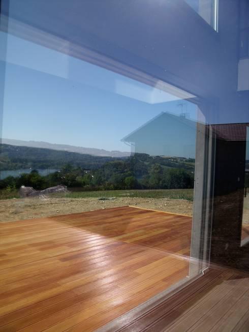 Maison dominant le lac de Paladru Isère: Fenêtres & Portes de style  par Bak'erige