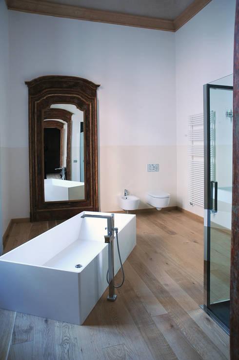 Appartamento al piano nobile: Bagno in stile in stile classico di TRA - architettura condivisa