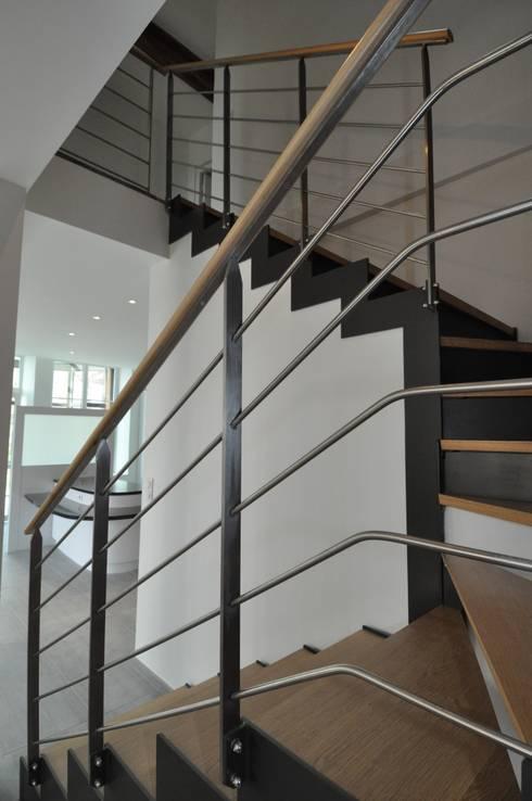 détail escalier: Maisons de style de style Moderne par  Architecte d'Intérieur Paul Jourdain CFAI