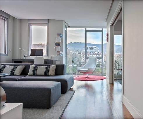 Proyecto decoración Plaza Euskadi. | Bilbao.: Salones de estilo moderno de URBANA 15
