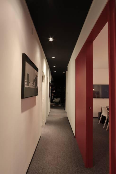 ZAAV Arquitetura – Sede: Corredores e halls de entrada  por ZAAV Arquitetura