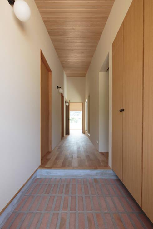 田んぼの中の小箱: 内田建築デザイン事務所が手掛けた廊下 & 玄関です。