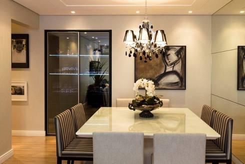 Projeto arquitetônico de interiores para residência unifamiliar. - (Fotos: Mariana Boro): Salas de jantar ecléticas por ArchDesign STUDIO