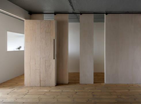 上町の住居: 蘆田暢人建築設計事務所 Ashida Architect & Associatesが手掛けた壁です。