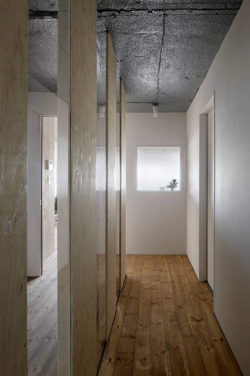 上町の住居: 蘆田暢人建築設計事務所 Ashida Architect & Associatesが手掛けた窓です。