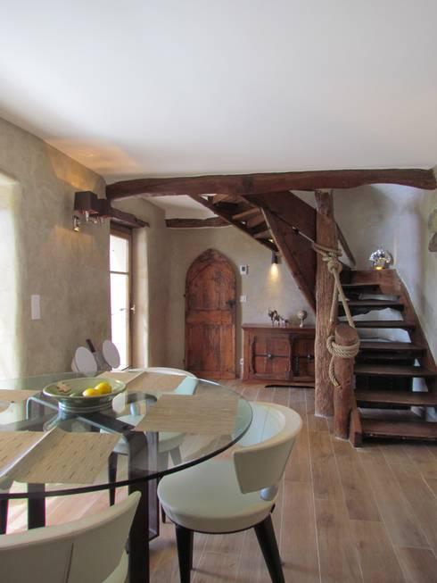 Restauro di una casa molto antica in Francia: Sala da pranzo in stile  di Archimania