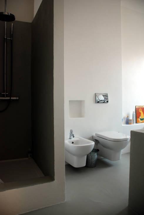 attico Cesena: Bagno in stile  di andrea nicolini architetto