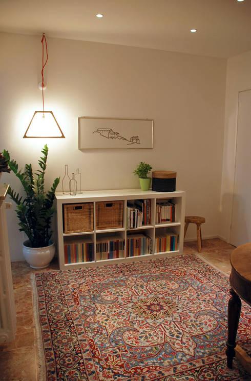 Appartamento sul lago : Ingresso & Corridoio in stile  di studio 'dragora architettura e paesaggio
