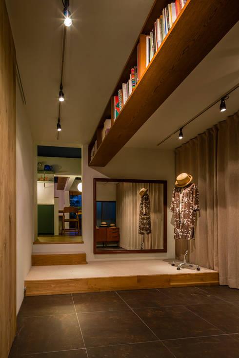 桜丘の家: Nojima Design Officeが手掛けたウォークインクローゼットです。
