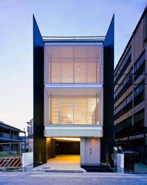 ファサード夕景1: 岩井文彦建築研究所が手掛けた家です。