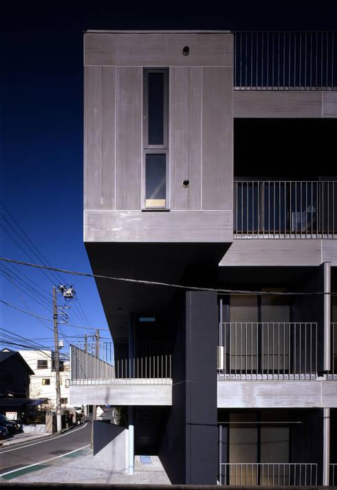 FK バルコニーテラスをみる: 濱嵜良実+株式会社 浜﨑工務店一級建築士事務所が手掛けたベランダです。