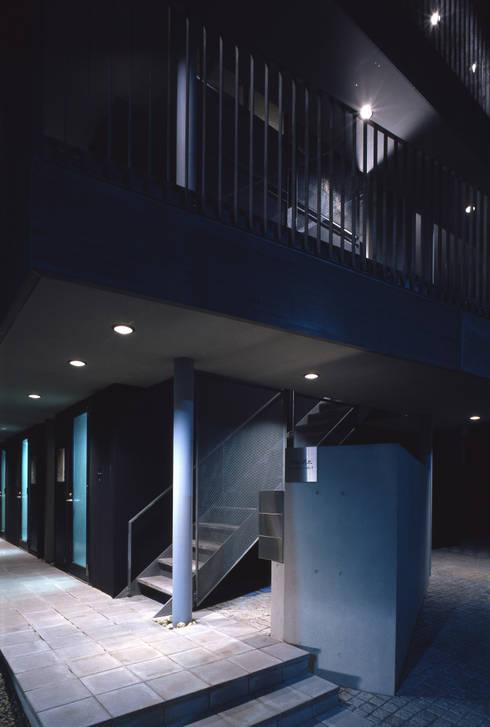 エントランス: 濱嵜良実+株式会社 浜﨑工務店一級建築士事務所が手掛けた庭です。