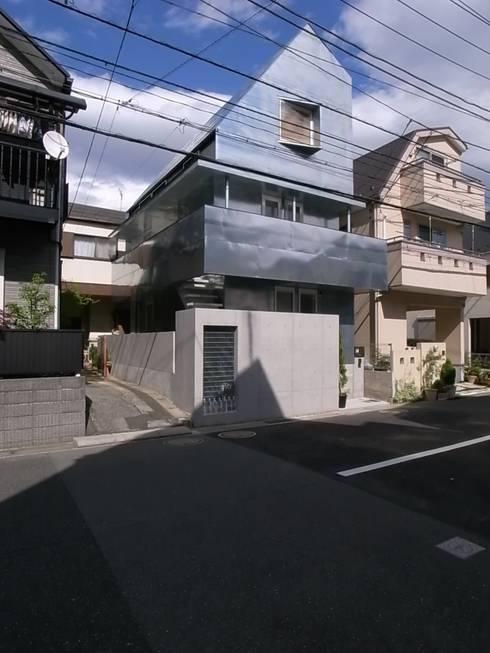 外観: 濱嵜良実+株式会社 浜﨑工務店一級建築士事務所が手掛けた家です。