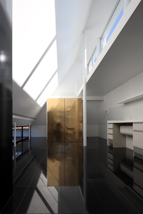 ロフトのサイドライト: 濱嵜良実+株式会社 浜﨑工務店一級建築士事務所が手掛けたリビングです。