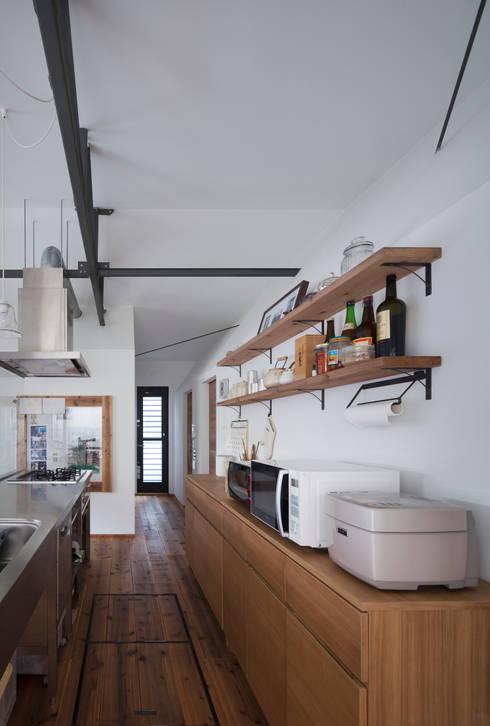 House in Gakuenmae: 設計組織DNAが手掛けたキッチンです。