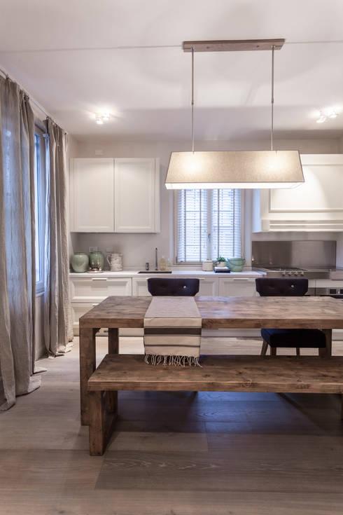 Quattro piani Primi Novecento: Cucina in stile in stile Classico di Lucia Bentivogli Architetto
