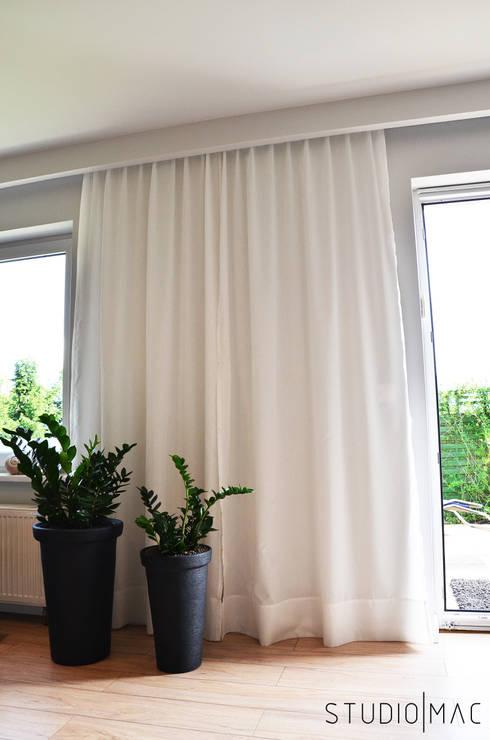 Realizacja projektu salonu w domu jednorodzinnym: styl , w kategorii Okna zaprojektowany przez STUDIO MAC