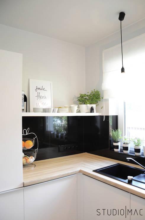 Realizacja projektu kuchni w domu jednorodzinnym: styl , w kategorii Kuchnia zaprojektowany przez STUDIO MAC