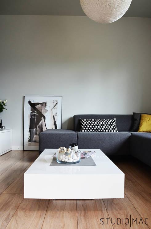 Realizacja projektu salonu w domu jednorodzinnym: styl , w kategorii Salon zaprojektowany przez STUDIO MAC