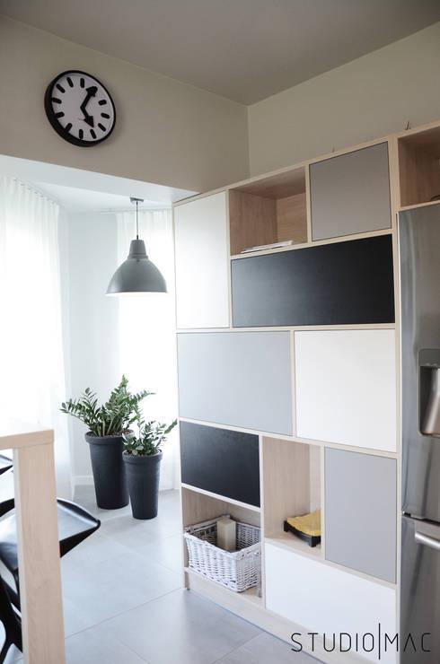 Realizacja projektu kuchni w domu jednorodzinnym: styl , w kategorii Salon zaprojektowany przez STUDIO MAC