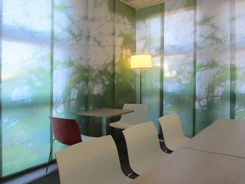 Blick auf die Flächenvorhänge im Sozialraum:  Bürogebäude von hansen innenarchitektur materialberatung