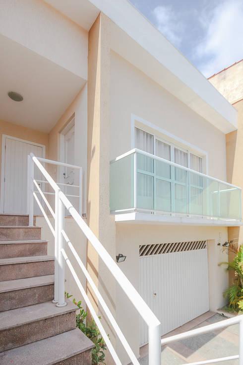 projeto - fachada residência01: Casas modernas por Michele Balbine Fotografia