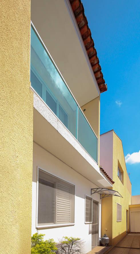 projeto – fachada residência01: Casas modernas por Michele Balbine Fotografia