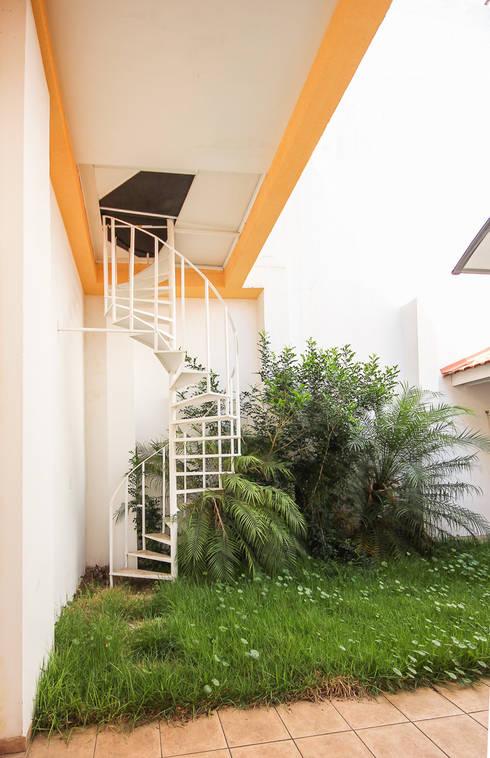 projeto – fachada residência01: Jardins modernos por Michele Balbine Fotografia